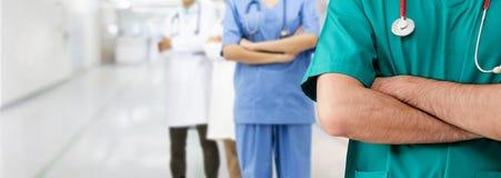 Doktor som arbetar i sjukhus med andra doktorer fotografering för bildbyråer