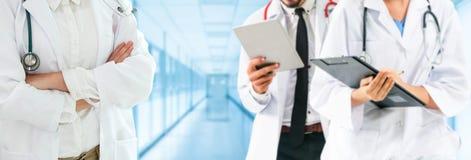 Doktor som arbetar i sjukhus med andra doktorer royaltyfri bild