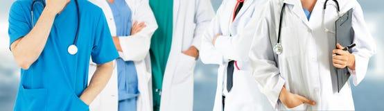 Doktor som arbetar i sjukhus med andra doktorer royaltyfri fotografi