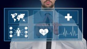 Doktor som arbetar på en faktisk skärm Medicinskt teknologibegrepp puls stock video