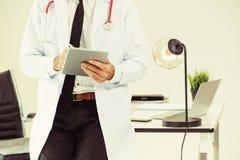 Doktor som arbetar p? minnestavladatoren i sjukhuset royaltyfria foton