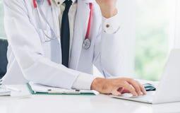Doktor som arbetar p? sjukhus f?r b?rbar datordator arkivfoton