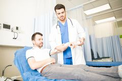 Doktor som behandlar en patient i akutmottagning Royaltyfri Foto