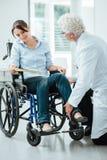 Doktor som besöker en ogiltig patient Royaltyfri Bild