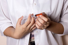 Doktor som förbereder injektionssprutan Royaltyfri Fotografi
