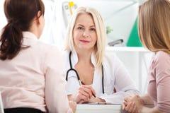 Doktor som förklarar diagnos till hennes kvinnliga patient arkivfoto