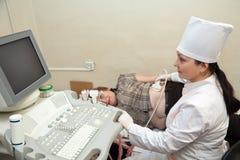 Doktor som gör ultrasoundutredning Royaltyfria Foton