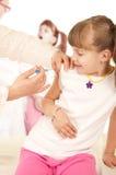 doktor som gör vaccinet Royaltyfria Foton