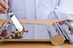 Doktor som ger dig den medicinska preventivpilleren royaltyfri foto