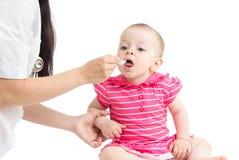 Doktor som ger drogen till barnflickan Royaltyfria Bilder
