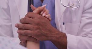 Doktor som ger komfort till patienten för kirurgi arkivfoton