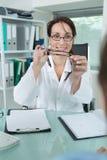 Doktor som ger parexponeringsglas till patienten Arkivfoto