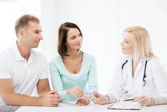 Doktor som ger preventivpillerar till patienter Royaltyfri Fotografi