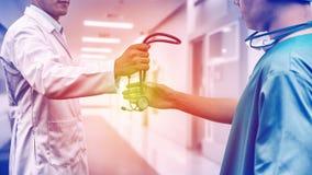 Doktor som ger stetoskopet till kirurgen Referral Royaltyfri Foto