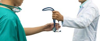 Doktor som ger stetoskopet till kirurgen Referral Arkivbilder