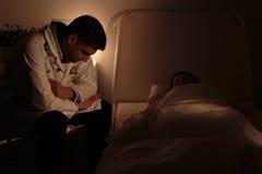 Doktor som håller ögonen på över hans patient royaltyfri fotografi