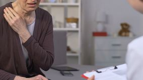 Doktor som hemma besöker den terminally dåligt upprivna kvinnan och att ordinera dyra piller stock video