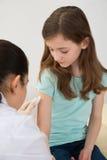 doktor som injicerar den patient injektionssprutan till Royaltyfri Fotografi
