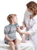 Doktor som injicerar eller vaccinerar det isolerade barnet fotografering för bildbyråer