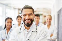 Doktor som kompetent högsta läkare Fotografering för Bildbyråer