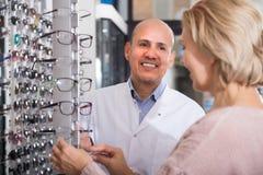 Doktor som konsulterar nära ögondiagram Arkivbilder