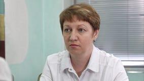 Doktor som lyssnar till klagomål av kvinnliga klienter arkivbild