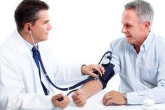 Doktor som mäter blodtryck. Arkivfoton