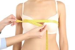 Doktor som mäter format av patients bröst på vit bakgrund, closeup arkivbild