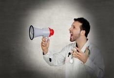 Doktor som ropar whit en megafon Arkivfoton