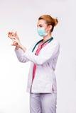 Doktor som rymmer en injektionsspruta Arkivbilder