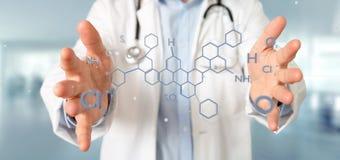Doktor som rymmer en molekylstruktur för tolkning 3d på ett b Royaltyfri Fotografi