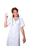 Doktor som rymmer ett vitt kort fotografering för bildbyråer