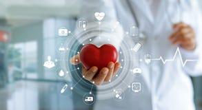 Doktor som rymmer röd hjärtaform i hand- och symbolsläkarundersökning arkivfoton