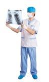 doktor som ser den medicinska bildstrålen för lungs x royaltyfri foto
