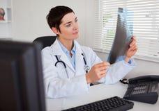 Doktor som ser röntgenstrålen Arkivfoton