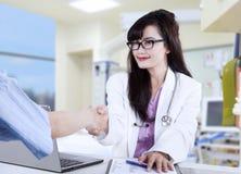 Doktor som skakar händer till tålmodign Royaltyfri Foto