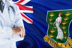 Doktor som står med stetoskopet på British Virgin Islands flaggabakgrund Nationellt v?rdsystembegrepp, medicinskt tema royaltyfri foto