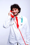 Doktor som talar på telefonen royaltyfri foto