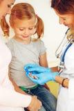 Doktor som tar blodprovet från liten patient Royaltyfria Foton