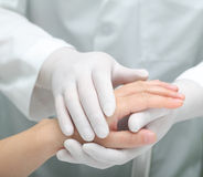 Doktor som tröstar en sjuk kvinna Arkivfoto