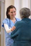 Doktor som tröstar patienten i sjukhus royaltyfri fotografi