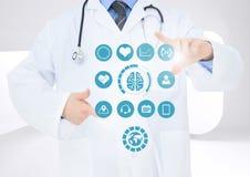 Doktor som trycker på digitalt frambragda medicinska symboler Royaltyfri Foto