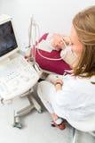 Doktor som undersöker den höga patienten med ultraljuds- Royaltyfri Fotografi