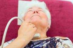 Doktor som undersöker den höga patienten med ultraljuds- Arkivfoto