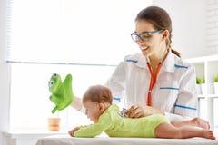 Doktor som undersöker en behandla som ett barn Royaltyfri Bild