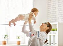 Doktor som undersöker en behandla som ett barn Royaltyfria Foton