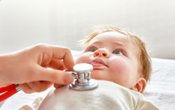 Doktor som undersöker en behandla som ett barn Arkivbilder