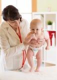 Doktor som undersöker en behandla som ett barn i ett sjukhus Royaltyfri Foto