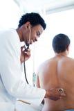doktor som undersöker patient barn Royaltyfria Bilder