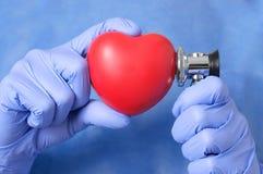 Doktor som undersöker en hjärta Arkivbild